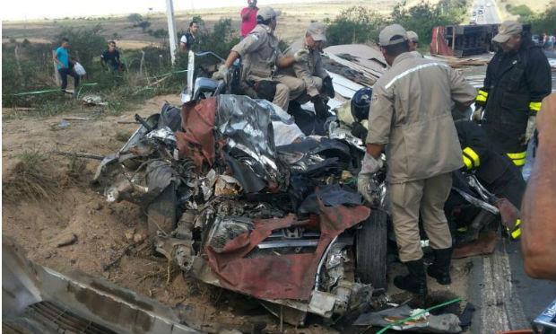 Carro ficou destruído após colisão na BR-424 em Garanhuns / Foto: Divulgação/Rádio Jornal.