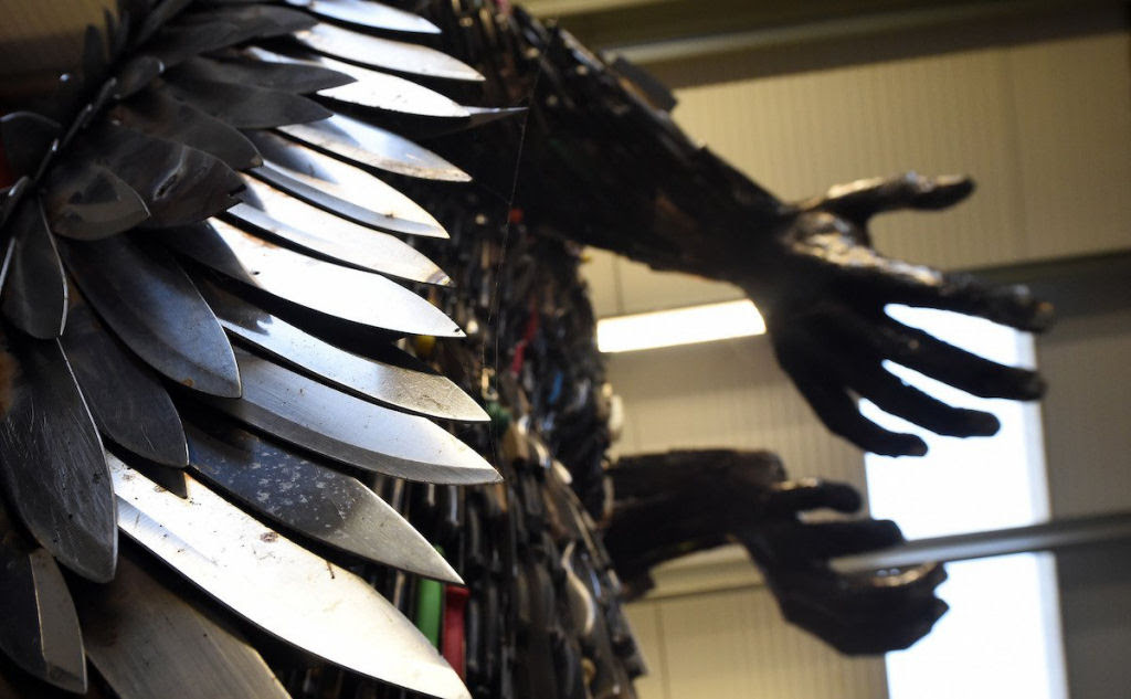 Anjo das Facas - uma escultura feita de 100.000 facas confiscadas pela polícia 05