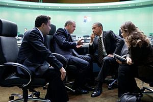 English: President Barack Obama talks with Tur...