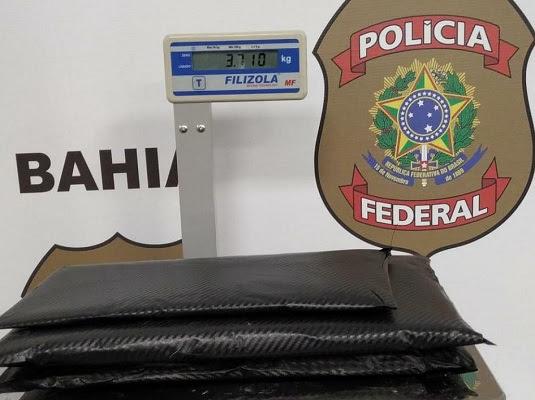 Droga estava escondida em fundos falsos da mala da mulher | Foto: Divulgação/PF