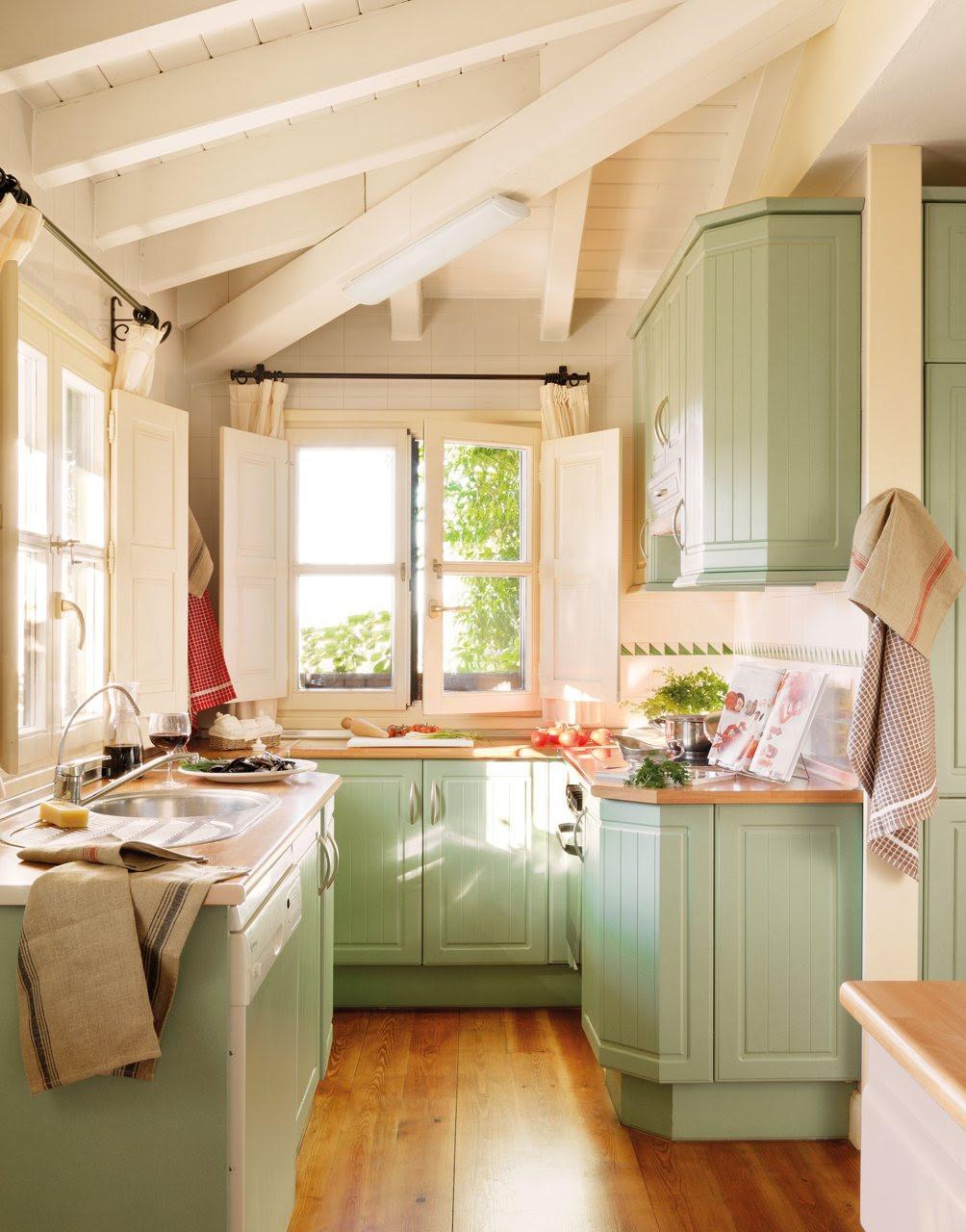 cocina de madera en verde. Pequeña cocina con armarios en verde claro