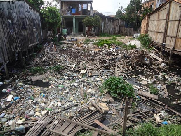 Esgoto a céu aberto também dificulta manutenção da qualidade de vida em Belém (Foto: Ingrid Bico/G1 PA)