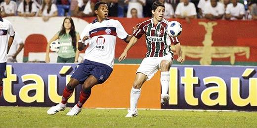 Conca disputa a bola durante a partida contra o Bahia no Rio de Janeiro