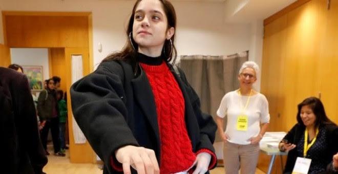 Laura Sancho votando en Sant Cugat./ REUTERS