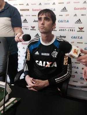 Goleiro César em entrevista no Ninho do Urubu (Foto: Felippe Costa)
