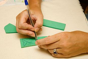Recorte um pedaço de EVA e faça o seu desenho