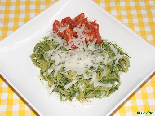 Fettucini met romige spinazie en geroosterde tomaten