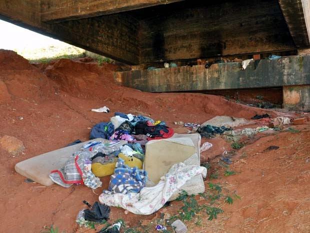 Homem foi localizado embaixo do pontilhão que fica próximo ao Terminal Rodoviário (Foto: Corpo de Bombeiros/Cedida)
