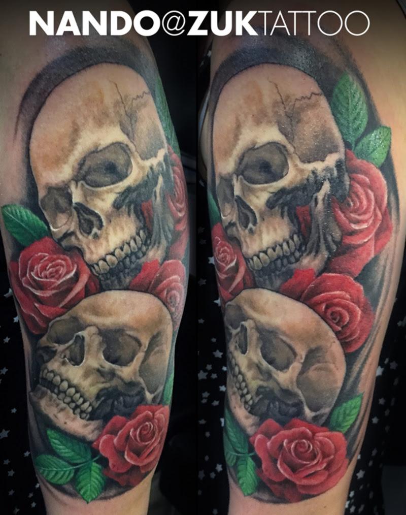 Tatuaje Realista Con Dos Calaveras Y Rosas
