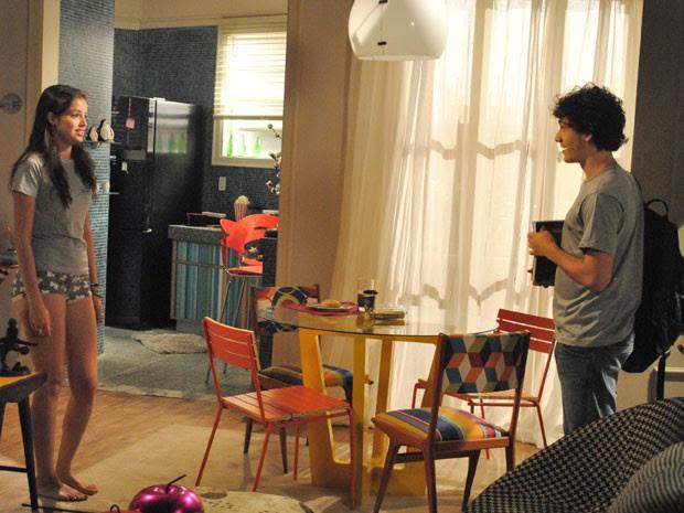 Ju aparece de calcinha na frente de Dinho (Foto: Malhação / Tv Globo)