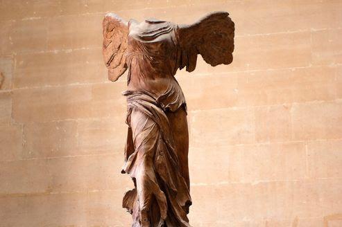 La <i>Victoire de Samothrace</i>, en haut de l'escalier Daru, au Musée du Louvre, à Paris.