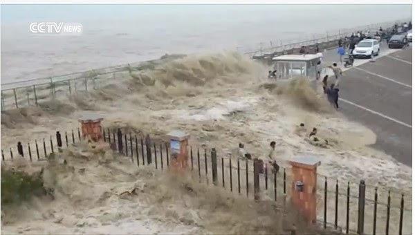 Hình ảnh Video:Ngắm thủy triều lạ, hàng chục du khách bị cuốn trôi số 2