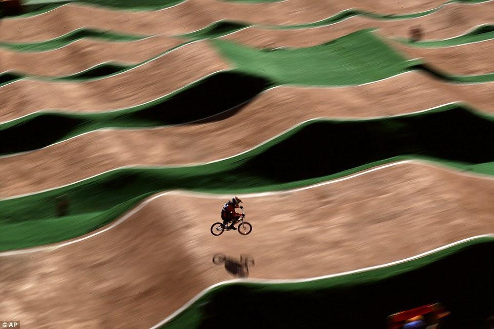 Jelle van Gorkom voa sobre o curso na corrida BMX individuais dos homens, em que ele levaria a prata para a Holanda