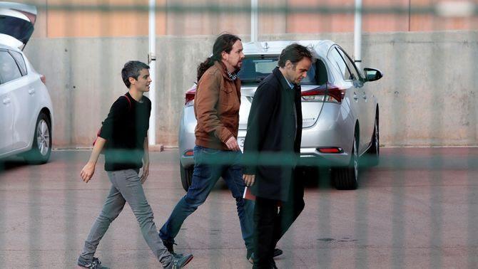 Pablo Iglesias entra a la presó de Lledoners amb Jaume Asens i Lucia Martín (EFE)