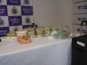 Mais de 20Kg de cocaína foram encontradas na casa de um dos suspeitos (Foto: Maiana Belo / G1 Bahia)