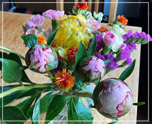 手持ちのお花を全部生けたらかなり賑やかになりました