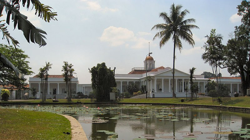 http://upload.wikimedia.org/wikipedia/commons/thumb/c/cd/Istana_Bogor.jpg/800px-Istana_Bogor.jpg