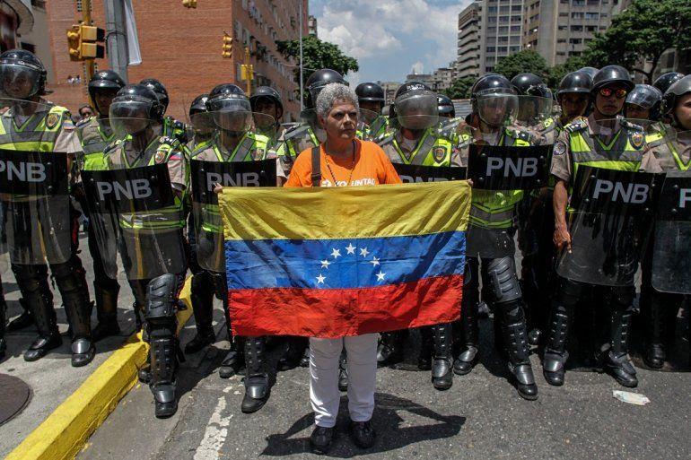 Como es frecuente en la capital venezolana cuando marcha la oposición, hubo fuerte presencia policial