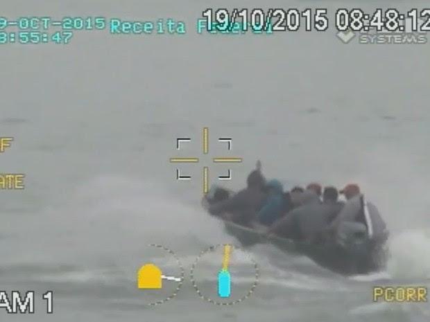 Grupo fugiu de barco após realizar assaltos em Santos, no litoral de São Paulo (Foto: Reprodução / TV Tribuna)