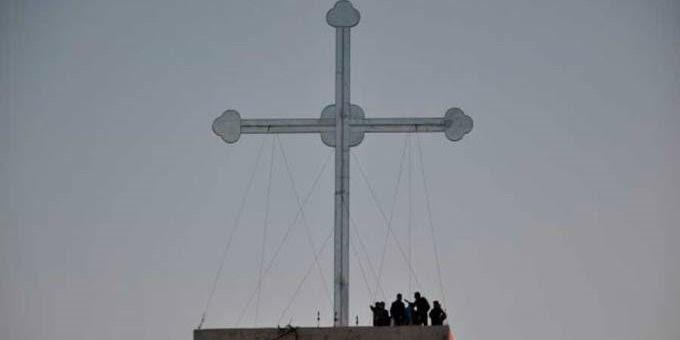 Cristianos erigen gran cruz como signo de la victoria sobre la oscuridad de ISIS