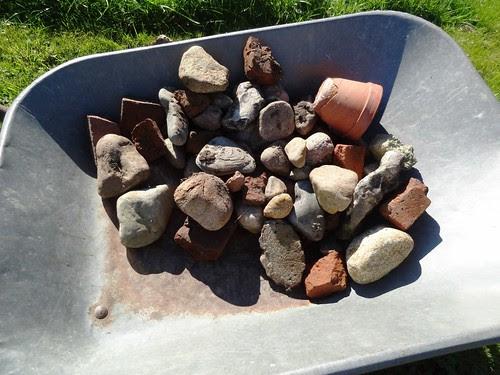 Abgräumte Steine und Bauschutt