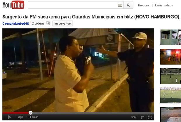 Sargento aponta arma para guardas após filho ser detido em blitz no RS (Foto: Reprodução/Youtube)