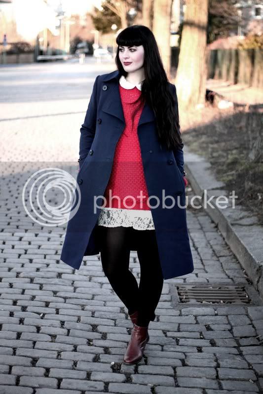 dunkelblauer vintage trenchcoat mantel, roter zara wollpulli lang, spitzenkleid london dorothy perkins, vintage leder cognac stiefeletten boots
