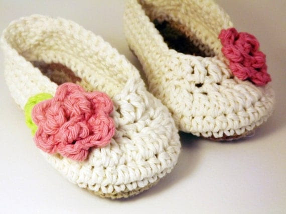 Antique Ivory Ballet style crochet Booties with pink rose, Slippers newborn size