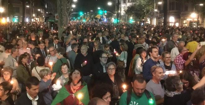 Un mar de velas inunda el centro de Barcelona para reclamar la libertad de los líderes de ANC y Òmnium.