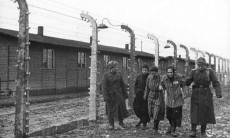Sovjet-soldaten worden gezien met een aantal van de gevangenen bevrijd in Auschwitz