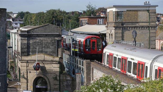 """La policía de Londres investiga un """"incidente terrorista"""" en una formación del subte línea District (verde) a la altura de la estación Parsons Green, en el oeste de la ciudad"""