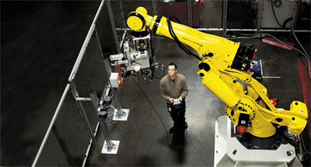 GE항공 직원이 캐나다 브로몽 공장에서 첨단제조 기술을 이용해 제트 엔진 부품을 생산하고 있다.