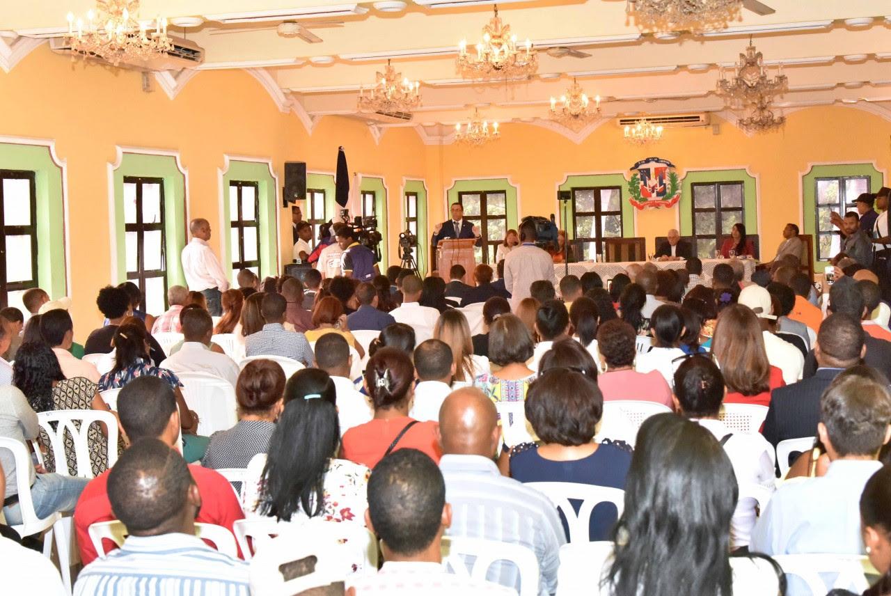 imagen Ministro Andrés Navarro desde podium se dirige a cientos de miembros de la comunidad educativa en San Juan de la Maguana