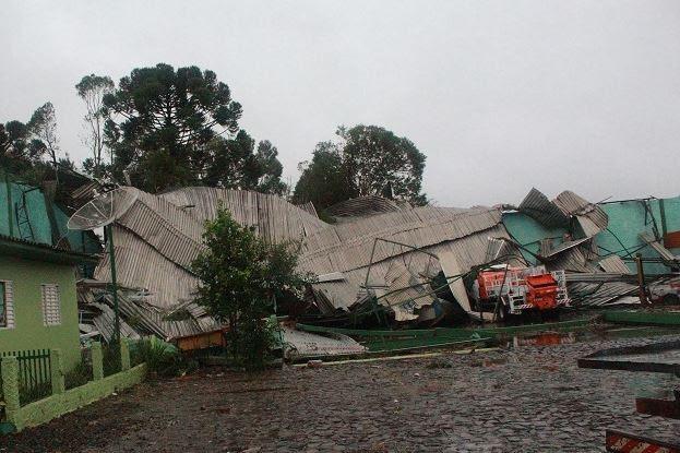 Telhado de galpão em Ponte Serrada foi completamente danificado (Foto: Rádio Nambá/Divulgação)