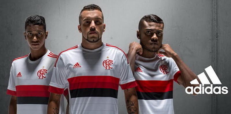 """Nueva blanco camiseta del Flamengo 2015 2016El nuevo blanco equipación Flamengo 2015 2016 cuenta con tres rayas horizontales en la parte delantera utilizando dos tonos de rojo y negro.En el frente de la nueva camiseta del Flamengo lejos 2015 2016 telas a rayas horizontales de color gris claro.Para crear un diseño vintage, Adidas utiliza una antigua insignia Flamengo con una fuente clásica que muestra las iniciales """"CRF"""" (CR Flamengo - Flamengo Regata Club).Los 3 rayas, el logotipo de Adidas y los puños de las mangas de la nueva blanco equipación del Flamengo 2015 2016 son rojos."""