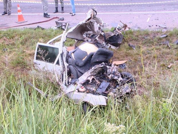 Carro bateu em caminhão tanque em acidente que causou a morte de dois jovens na RS-287 em Vale do Sol, RS (Foto: Rogério Júnior/RBS TV)