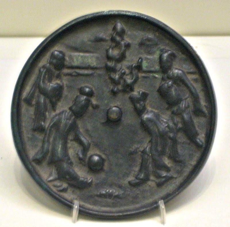 Espejo de bronce de la Dinastía Song decorado con una escena de un partido de Qiuju. Museo Nacional de China. (BabelStone/CC BY-SA 3.0)