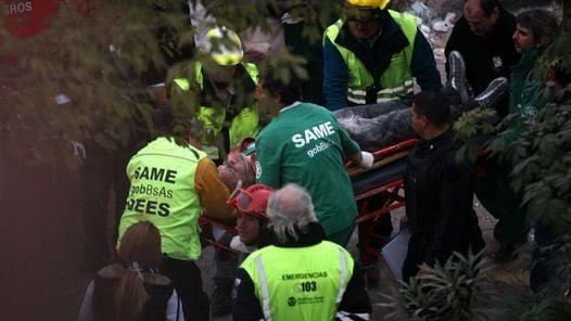RESCATE. Una de las víctimas es asistida por los socorristas. (DyN)