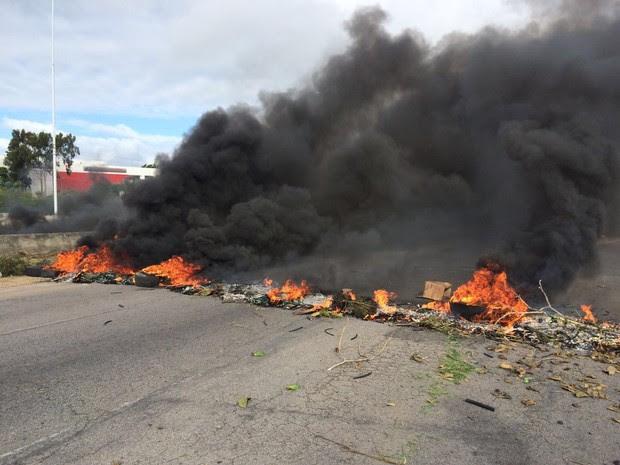 Durante o ato, manifestantes queimaram pneus na rodovia (Foto: Magno Wendel/TV Asa Branca)