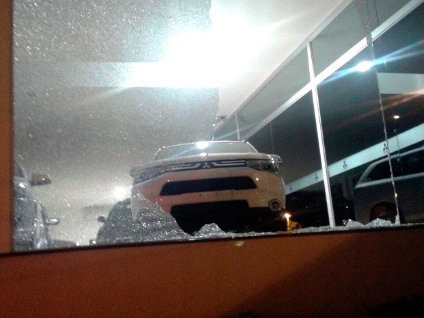 Loja de carros na Avenida Senador Salgado Filho foi apedrejada durante o protesto em Natal; ninguém foi preso (Foto: Assessoria de comunicação do BPChoque/G1)