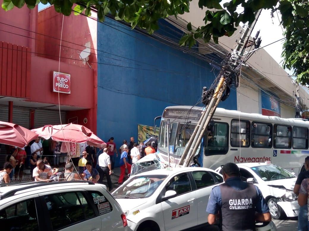 df123897 3df2 4c37 8eca 0301c686b5cc - VEJA VÍDEO: Motorista de ônibus perde controle, invade calçada, destrói veículos e deixa feridos no Parque da Lagoa