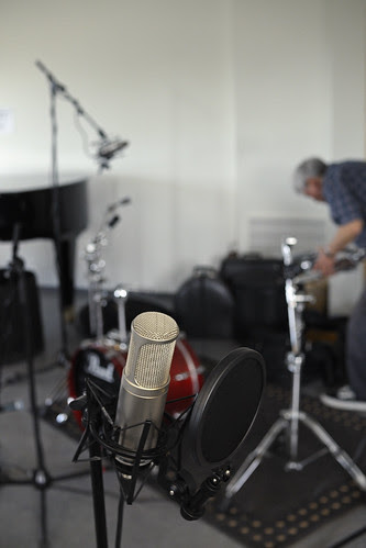 Setting up for recording. The Røde K2 ready for capturing the tenor sax.