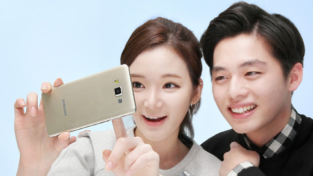 Samsung Galaxy A5 used by a pair of overenthusiastic models
