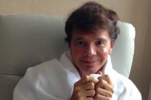 14.dez.2015 - O cantor Netinho no hospital Sírio-Libanês, em São Paulo