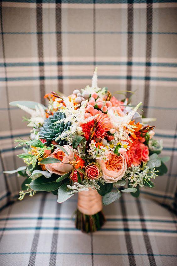 schöne und haptische Hochzeit bouquet in peachy-und orange-Tönen und mit scculents
