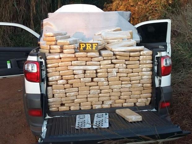 Tabletes de maconha estavam escondidos em traseira de caminhonete (Foto: PRF/Divulgação)