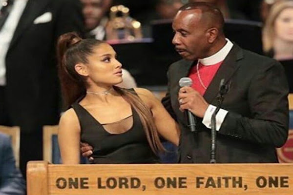 Fãs acusam bispo de assediar Ariana Grande durante funeral c1bfc750c47