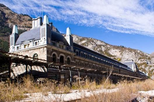 Εντυπωσιακές εγκαταλελειμμένες αρχιτεκτονικές δομές