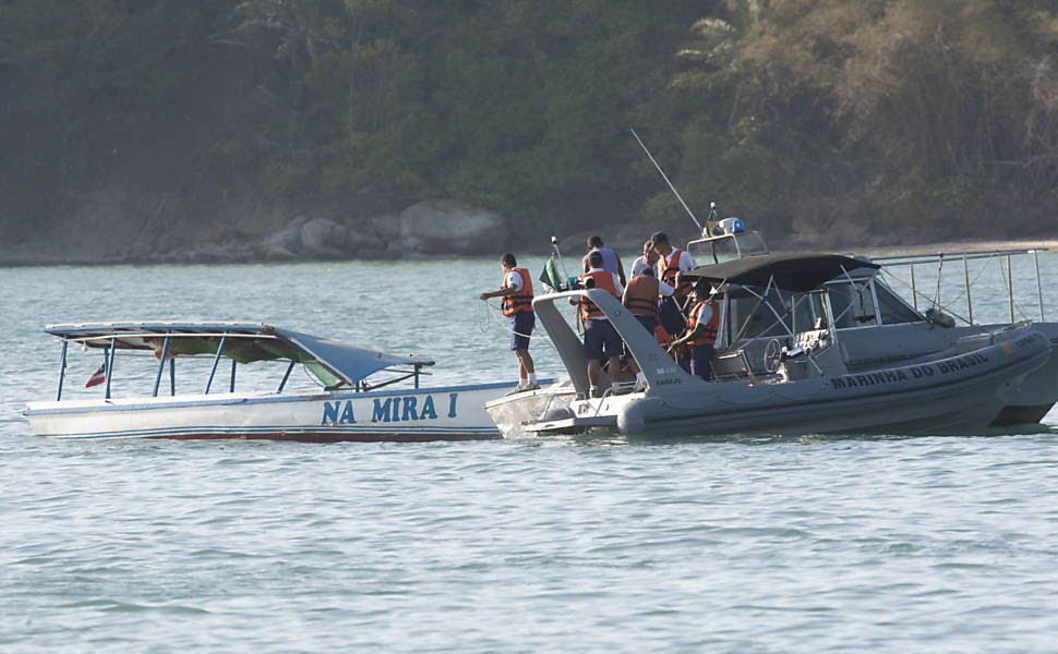 Barco Mira I é rebocado pela lancha Valencia após acidente