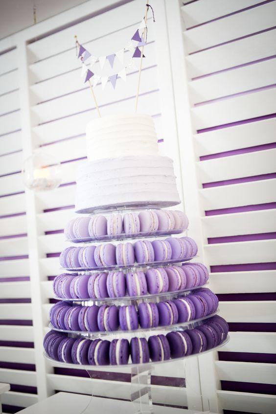 lila ombre macaron-Turm mit einem weißen zwei-tier-Hochzeitstorte